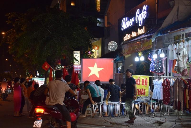 Quán nhậu, quán cà phê chật cứng người xem Việt Nam đá bán kết - ảnh 6