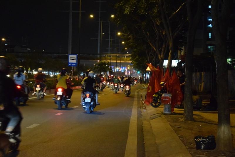 Quán nhậu, quán cà phê chật cứng người xem Việt Nam đá bán kết - ảnh 7