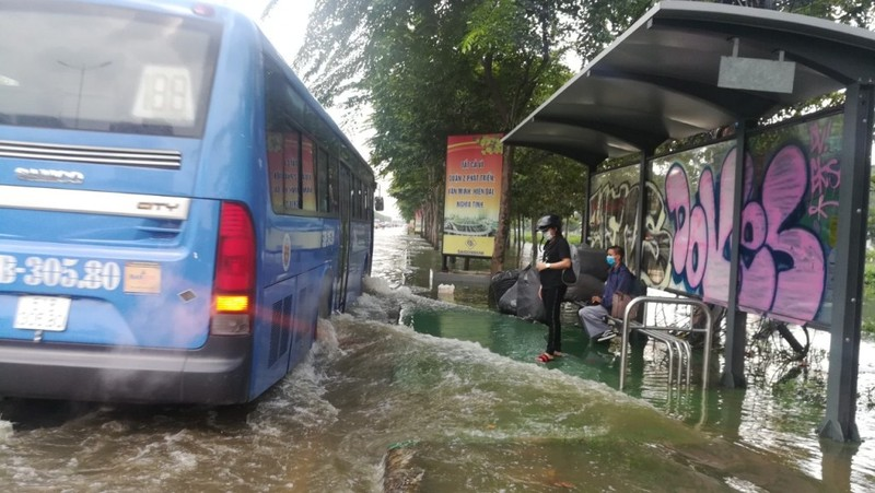 Dân Sài Gòn bì bõm lội nước chiều cuối tuần - ảnh 3
