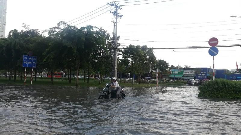 Dân Sài Gòn bì bõm lội nước chiều cuối tuần - ảnh 4