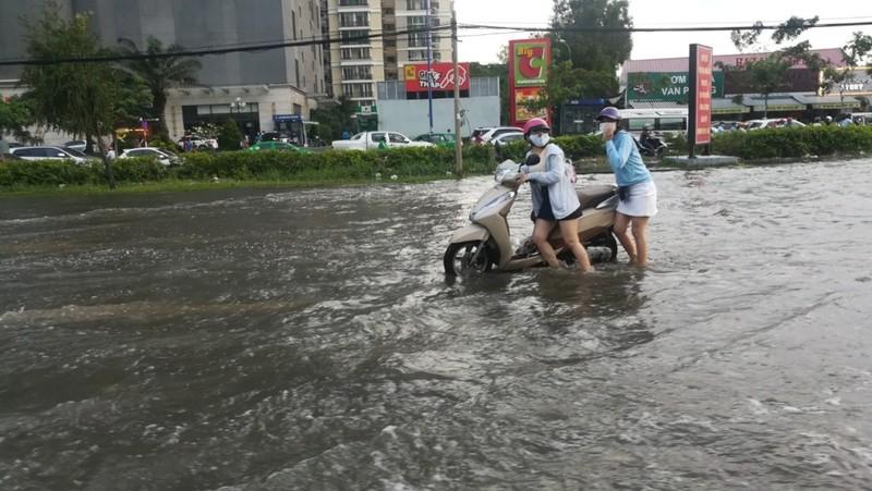 Dân Sài Gòn bì bõm lội nước chiều cuối tuần - ảnh 9