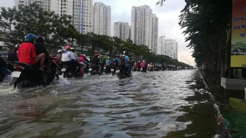 Dân Sài Gòn bì bõm lội nước chiều cuối tuần - ảnh 2