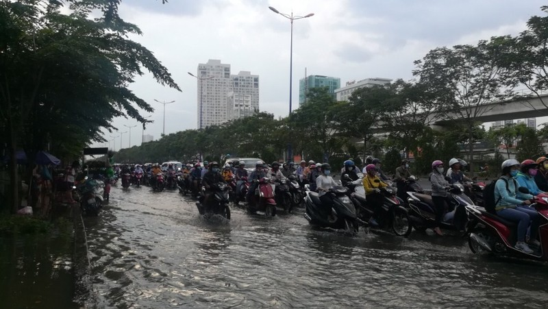 Dân Sài Gòn bì bõm lội nước chiều cuối tuần - ảnh 1