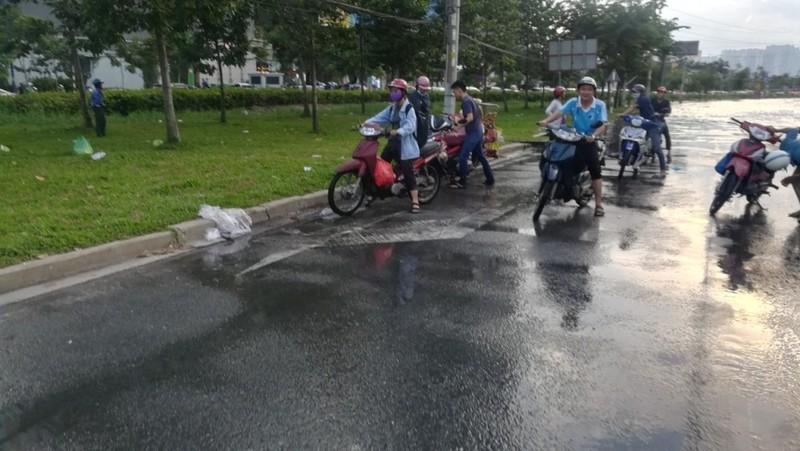 Dân Sài Gòn bì bõm lội nước chiều cuối tuần - ảnh 15