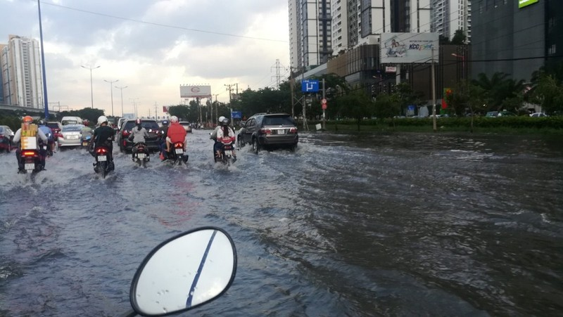 Dân Sài Gòn bì bõm lội nước chiều cuối tuần - ảnh 17