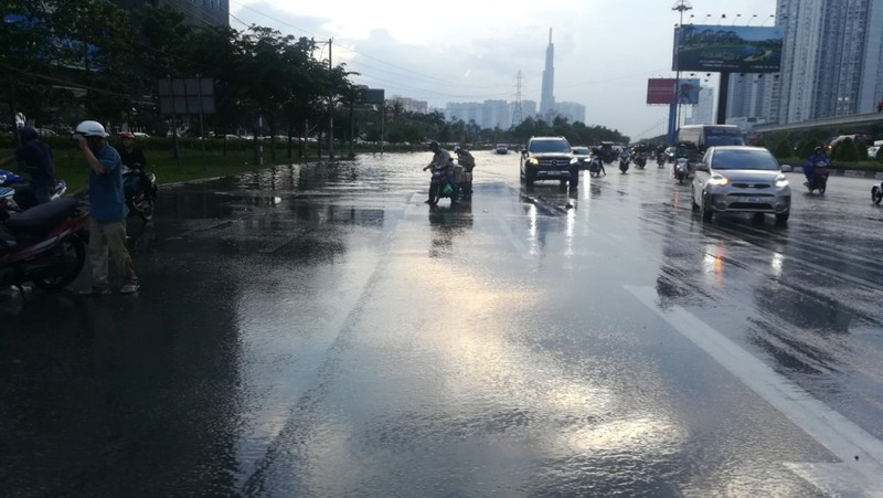 Dân Sài Gòn bì bõm lội nước chiều cuối tuần - ảnh 16