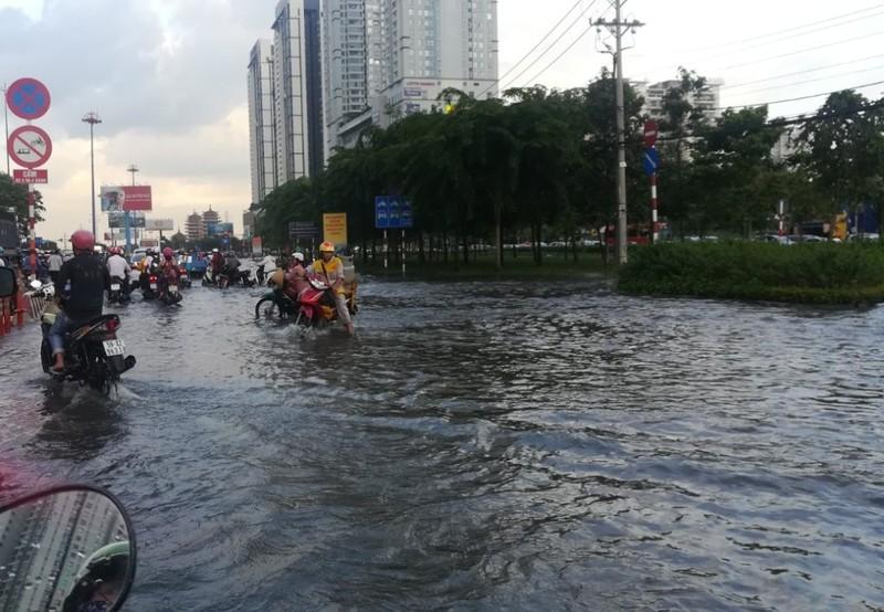 Dân Sài Gòn bì bõm lội nước chiều cuối tuần - ảnh 5