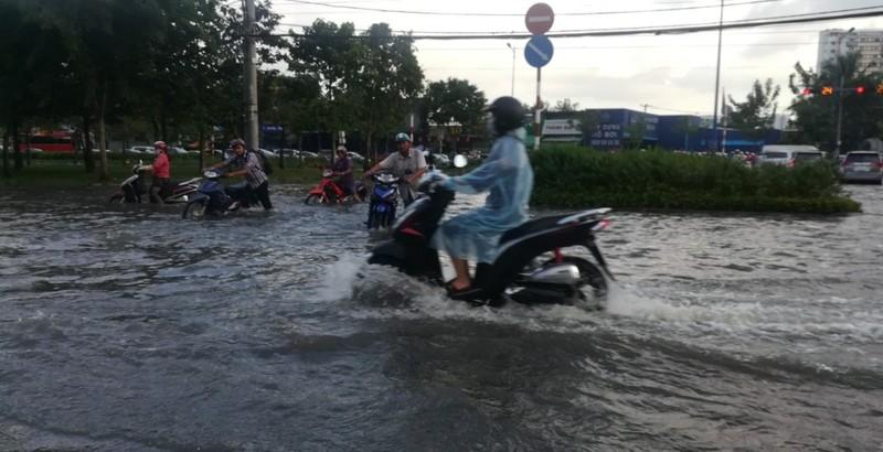 Dân Sài Gòn bì bõm lội nước chiều cuối tuần - ảnh 11