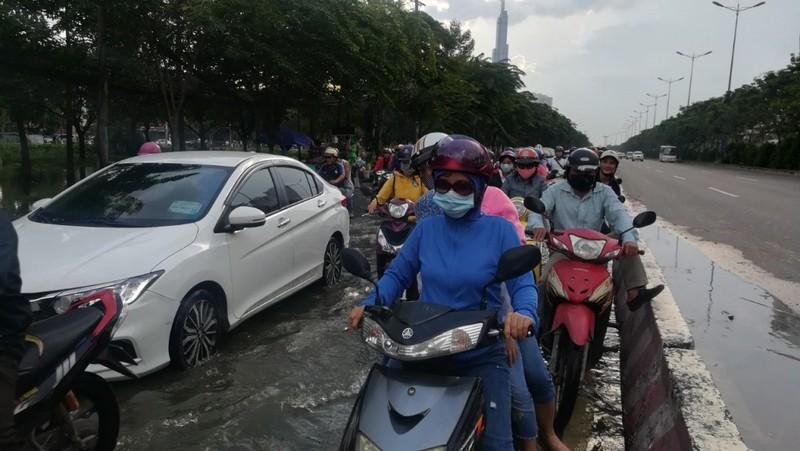 Dân Sài Gòn bì bõm lội nước chiều cuối tuần - ảnh 6