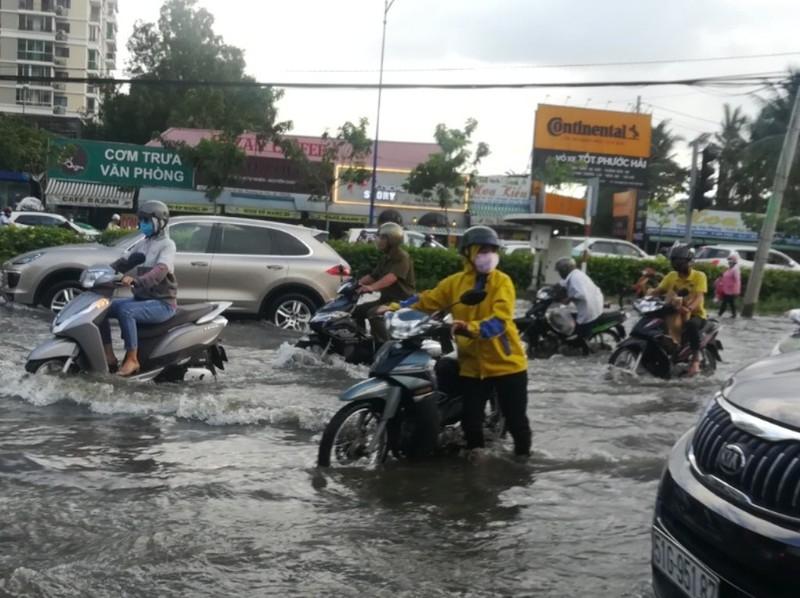 Dân Sài Gòn bì bõm lội nước chiều cuối tuần - ảnh 10