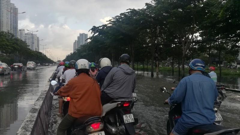 Dân Sài Gòn bì bõm lội nước chiều cuối tuần - ảnh 8