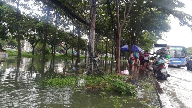 Dân Sài Gòn bì bõm lội nước chiều cuối tuần - ảnh 7