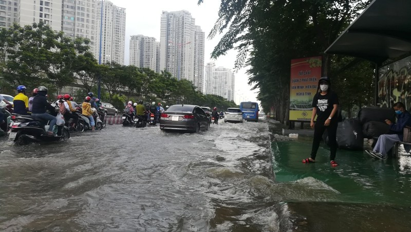 Dân Sài Gòn bì bõm lội nước chiều cuối tuần - ảnh 13