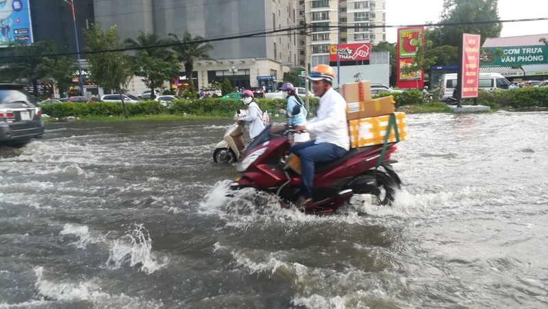 Dân Sài Gòn bì bõm lội nước chiều cuối tuần - ảnh 14