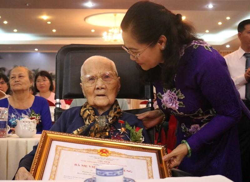 Phong tặng, truy tặng danh hiệu Bà mẹ VNAH cho 15 mẹ ở TP.HCM - ảnh 1