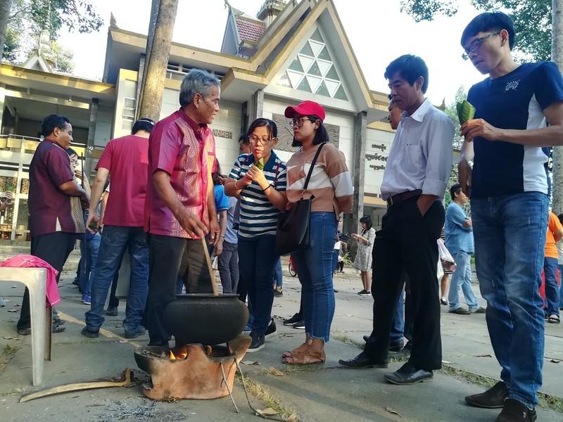 Về Trà Vinh trải nghiệm làm cốm dẹp cùng người Khmer - ảnh 1