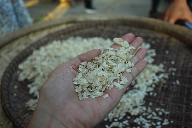 Về Trà Vinh trải nghiệm làm cốm dẹp cùng người Khmer - ảnh 2