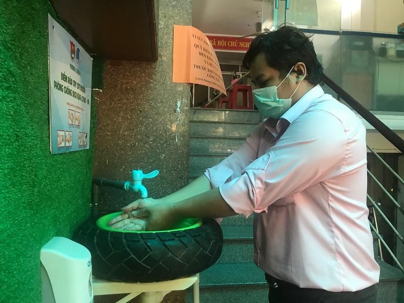 Độc đáo bồn rửa tay chống dịch COVID-19 từ vỏ xe ôtô - ảnh 1