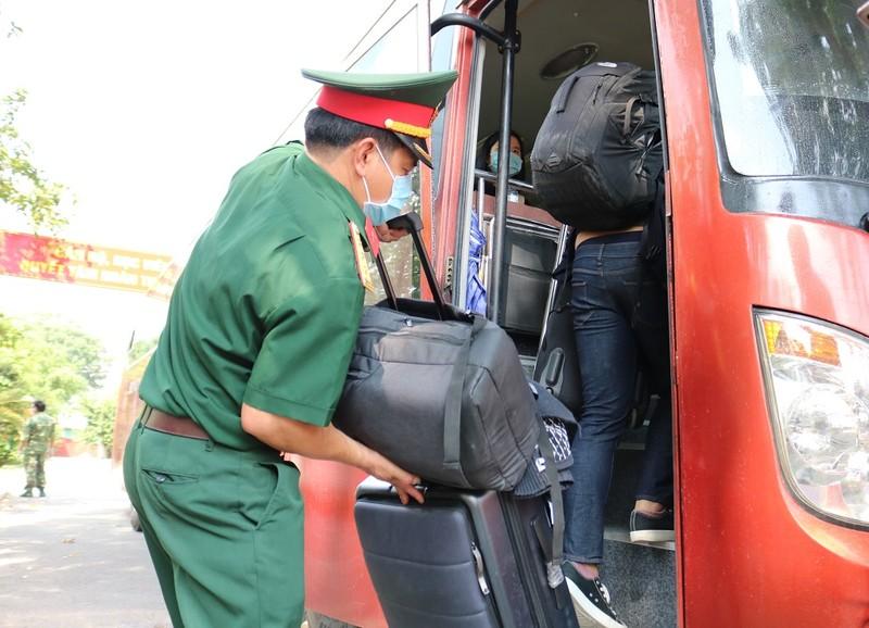 200 người rời khu cách ly Trường Quân sự Quân khu 7 - ảnh 6