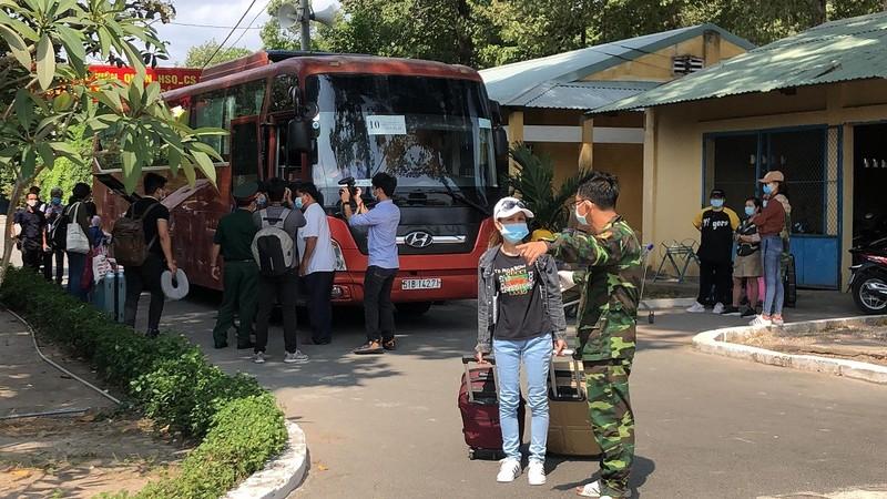 200 người rời khu cách ly Trường Quân sự Quân khu 7 - ảnh 4