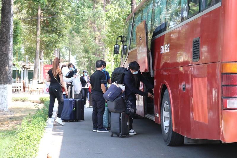 200 người rời khu cách ly Trường Quân sự Quân khu 7 - ảnh 8