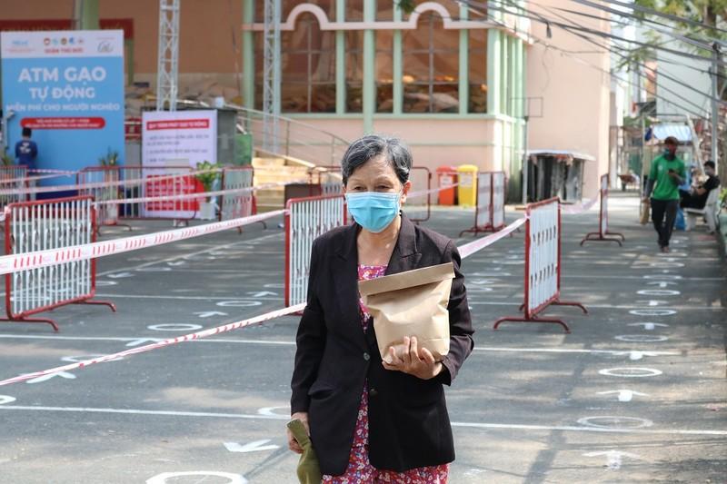 50 tấn gạo cho người nghèo tại ATM gạo Thủ Đức trong ngày đầu - ảnh 7