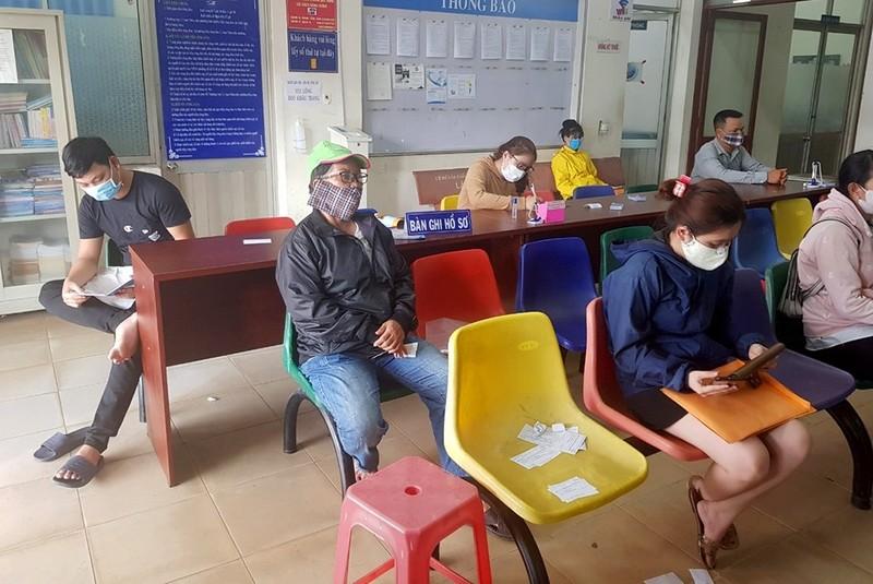 Ngày đầu nới lỏng giãn cách: Cán bộ làm xuyên trưa phục vụ dân - ảnh 5