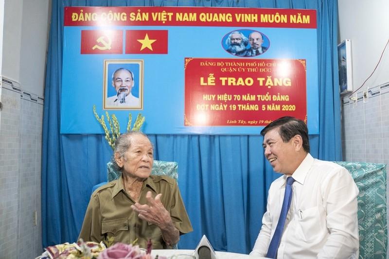 Vinh dự nhận huy hiệu 70 năm tuổi Đảng nhân sinh nhật Bác Hồ - ảnh 2