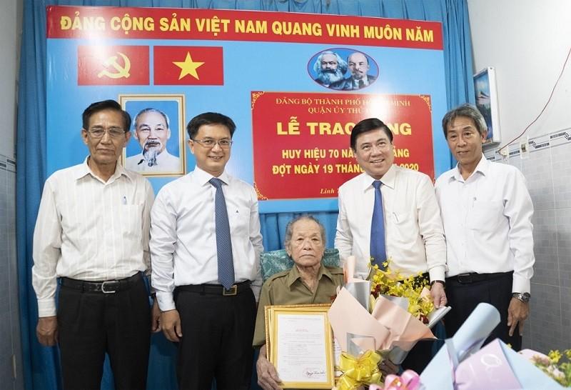 Vinh dự nhận huy hiệu 70 năm tuổi Đảng nhân sinh nhật Bác Hồ - ảnh 1