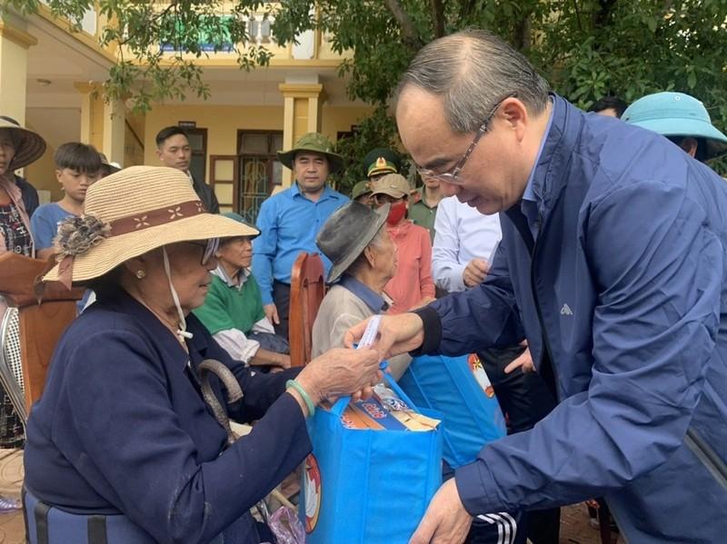 Ông Nguyễn Thiện Nhân, đoàn TP.HCM thăm đồng bào miền Trung  - ảnh 2