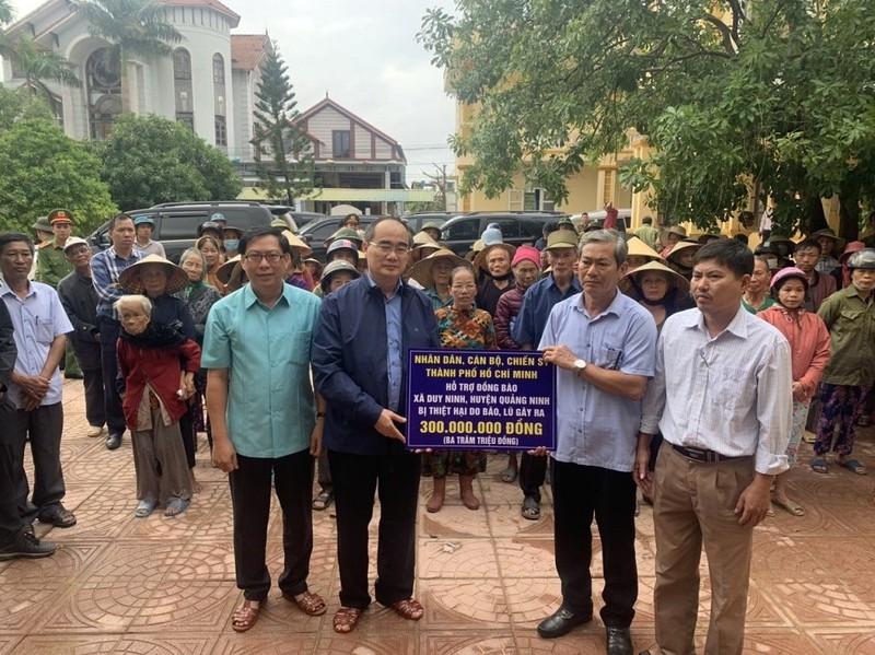 Ông Nguyễn Thiện Nhân, đoàn TP.HCM thăm đồng bào miền Trung  - ảnh 1