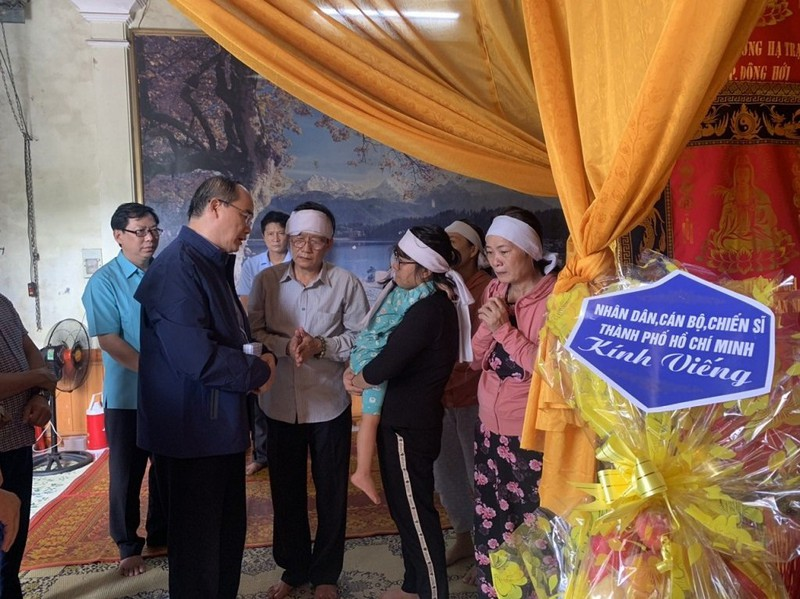 Ông Nguyễn Thiện Nhân, đoàn TP.HCM thăm đồng bào miền Trung  - ảnh 3