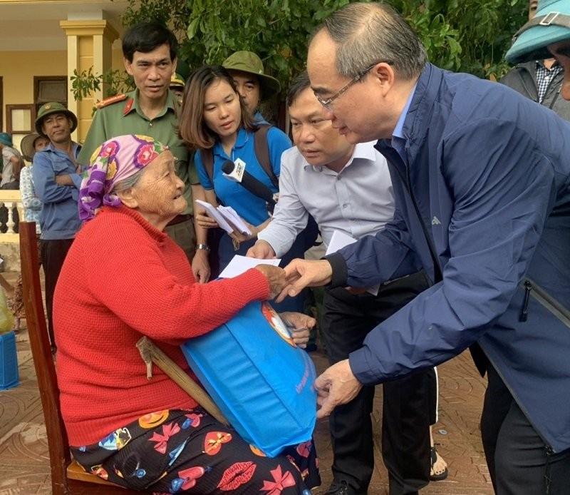 Ông Nguyễn Thiện Nhân, đoàn TP.HCM thăm đồng bào miền Trung  - ảnh 4