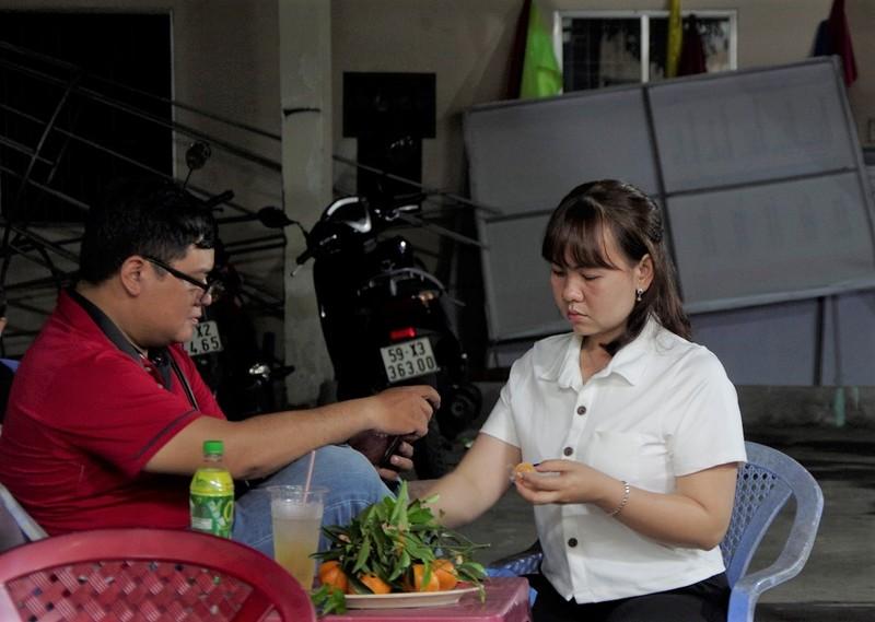 Dân đi làm CCCD qua đêm được coi tivi, ăn trái cây miễn phí - ảnh 5