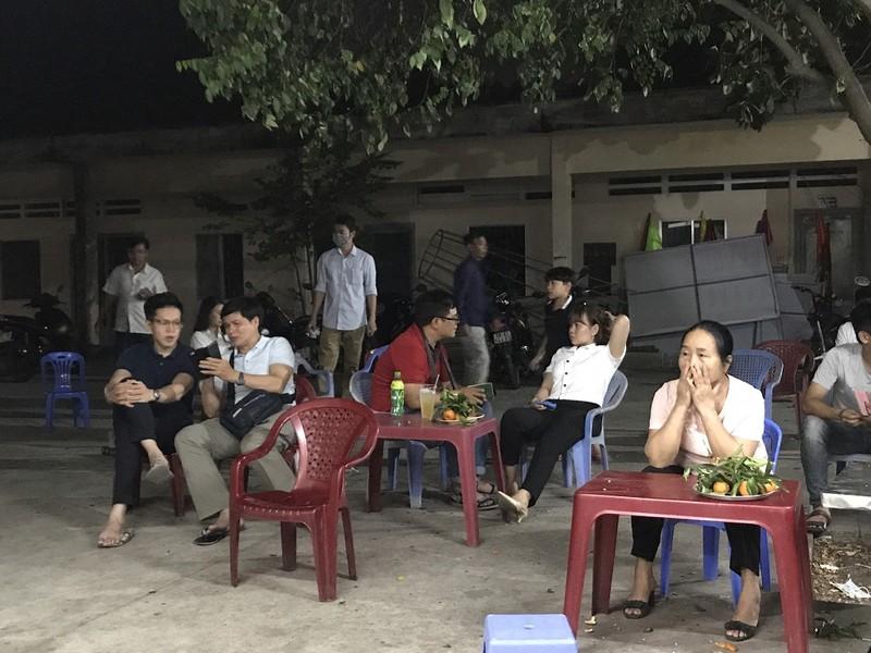 Dân đi làm CCCD qua đêm được coi tivi, ăn trái cây miễn phí - ảnh 3