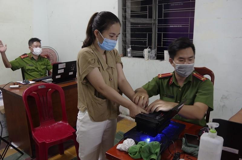 Dân đi làm CCCD qua đêm được coi tivi, ăn trái cây miễn phí - ảnh 4