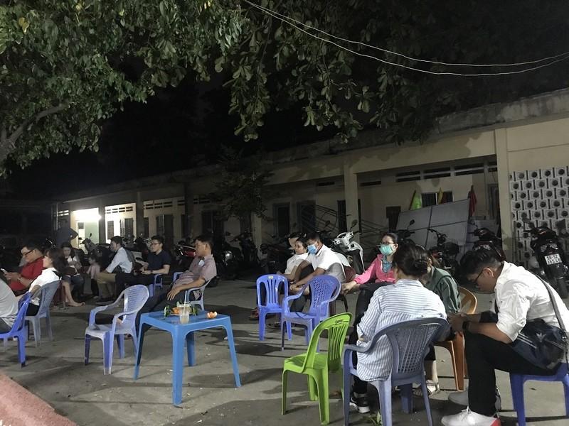 Dân đi làm CCCD qua đêm được coi tivi, ăn trái cây miễn phí - ảnh 1