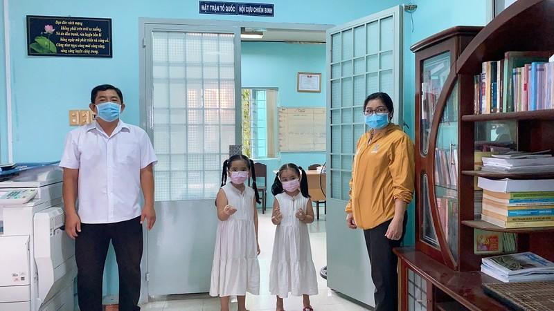 Các em nhỏ ở TP.HCM viết thư tay, ôm heo đất đến quyên góp cùng chống dịch  - ảnh 1