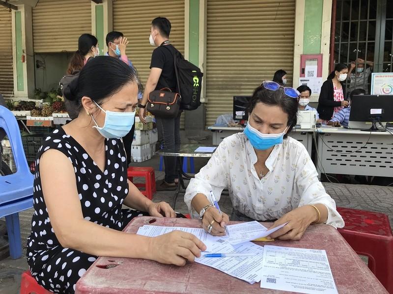 Dân đi chợ Thảo Điền bằng phiếu, quét mã QR - ảnh 1