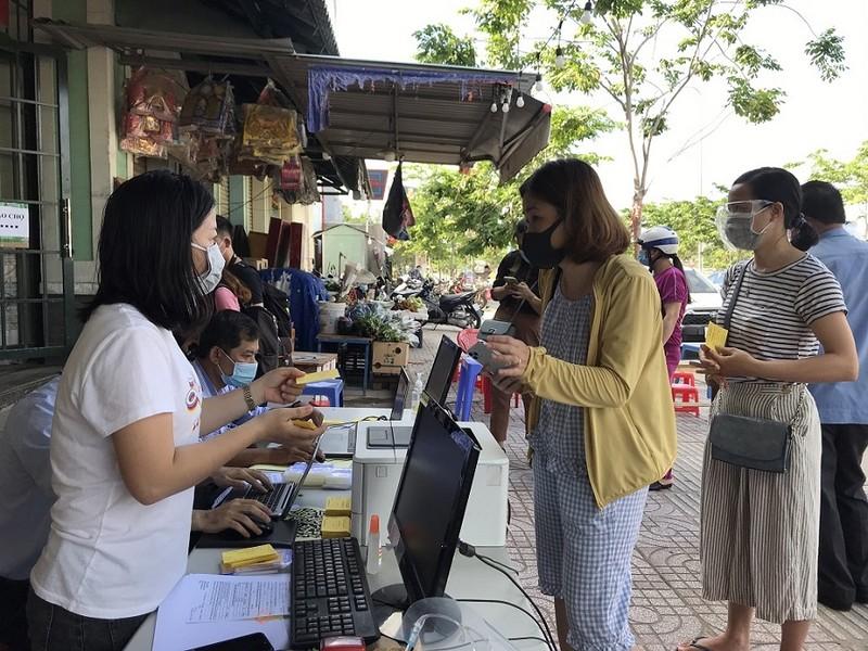 Dân đi chợ Thảo Điền bằng phiếu, quét mã QR - ảnh 4