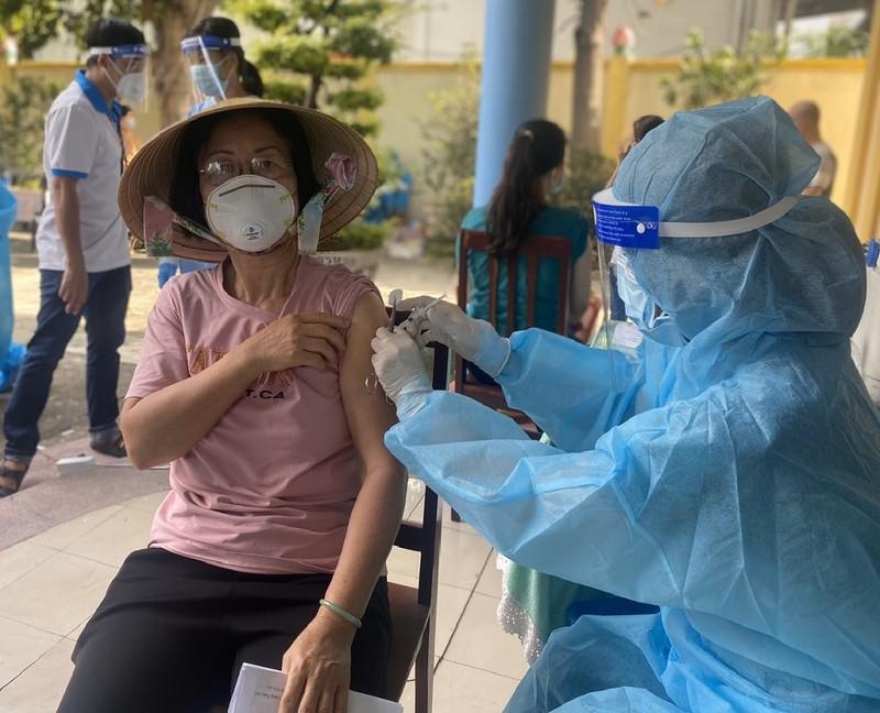 TP Thủ Đức tiêm vaccine ngừa COVID-19 cho người dân trong khu phong tỏa - ảnh 1