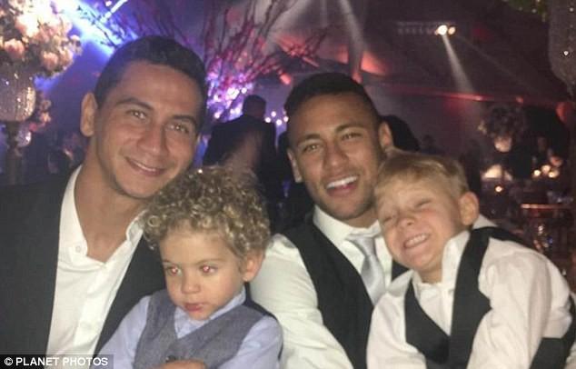 Ký hợp đồng khủng với Barcelona, Neymar 'hóa'... Batman - ảnh 2