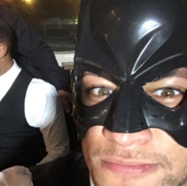 Ký hợp đồng khủng với Barcelona, Neymar 'hóa'... Batman - ảnh 1