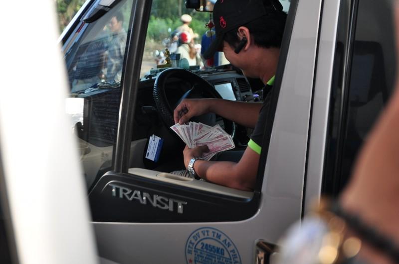 Tài xế buộc nhân viên lấy tiền lẻ mới chịu rời trạm BOT - ảnh 3