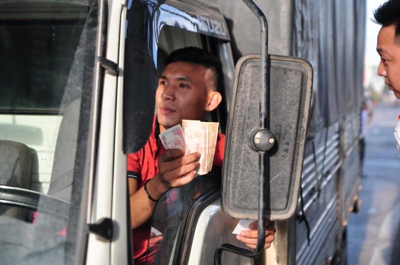 Tài xế buộc nhân viên lấy tiền lẻ mới chịu rời trạm BOT - ảnh 2