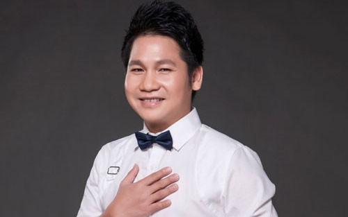 Ca sĩ Trọng Tấn mặc áo hoa hát nhạc đỏ - ảnh 1