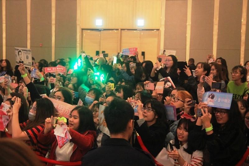Fan của nhóm nhạc Hàn Quốc NCT 127 'náo loạn' họp báo - ảnh 2