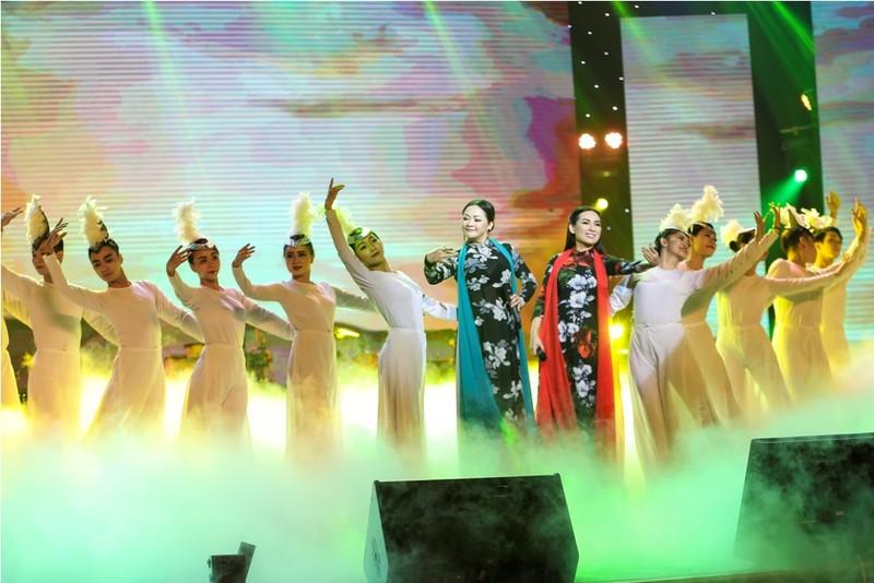 Ca sĩ Như Quỳnh trong vòng tay khán giả TP.HCM - ảnh 1