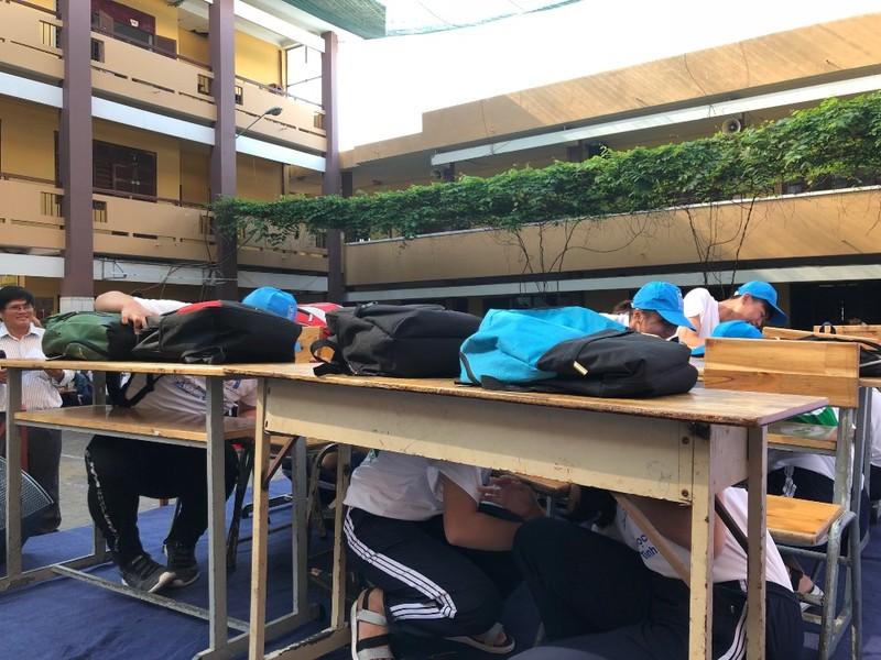 Học sinh TP.HCM diễn tập phòng tránh sóng thần, bão lũ - ảnh 1