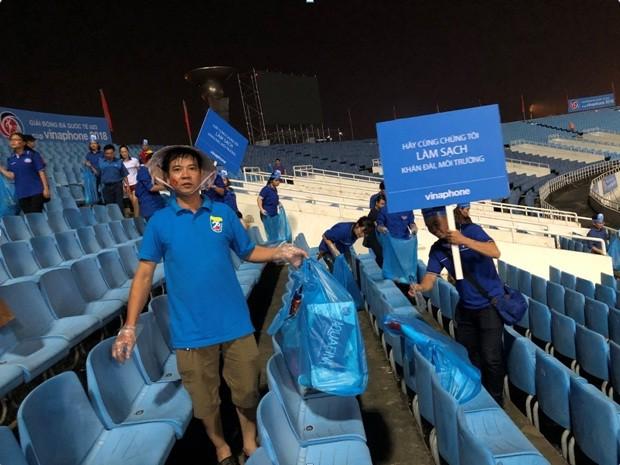 Cổ động viên chung tay dọn rác sau trận đấu của U-23 Việt Nam - ảnh 1